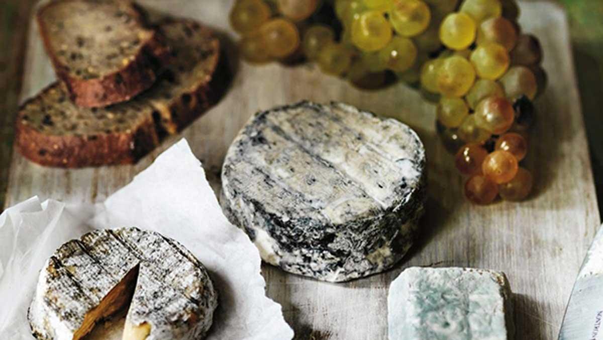Πώς θα στήσετε ένα ονειρεμένο γιορτινό τραπέζι με φίνα γαλλικά τυριά!