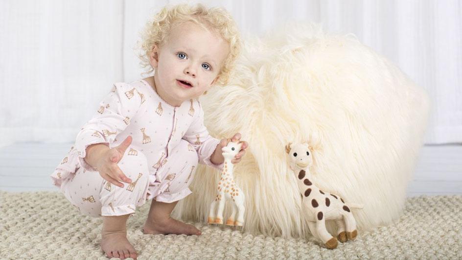 Ποια είναι η Σόφι η καμηλοπάρδαλη που έχει περάσει από τα χεράκια 50 εκ. μωρών στον κόσμο; (VIDEO)