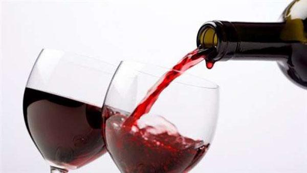Κι όμως το κόκκινο κρασί παχαίνει λιγότερο από το μεταλλικό νερό!