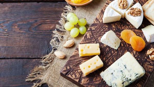 10 tips για να γίνεις αυθεντία στο σερβίρισμα τυριών