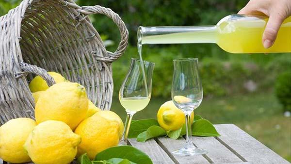 Η τέλεια συνταγή για σπιτικό, δροσερό και χωνευτικό λικέρ Limoncello!