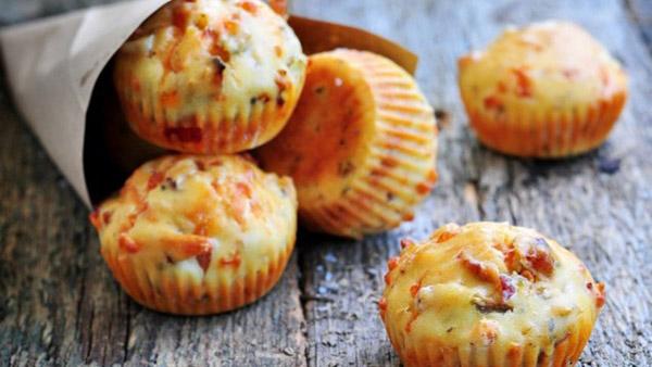 Αλμυρά κεκάκια με τυριά, ελιές και λιαστές ντομάτες με 2 μόνο κινήσεις