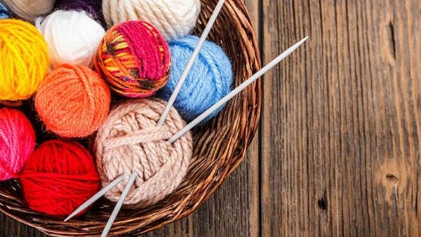 Ξέρατε πόσα ψυχοσωματικά οφέλη προσφέρει το πλέξιμο;