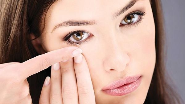 Πόσο επικίνδυνο είναι να κοιμάσαι με τους φακούς επαφής;