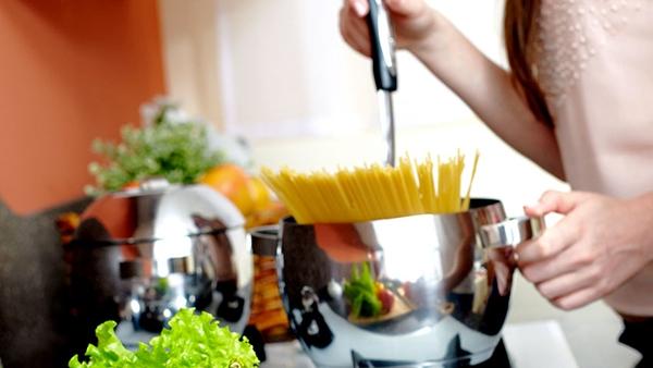 Τι να προσέχεις για να μη χαράζουν τα μαγειρικά σκεύη;