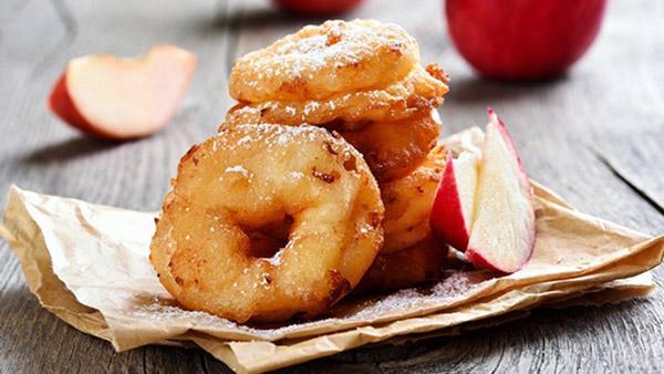 Λαχταριστοί λουκουμάδες γεμιστοί με μήλο
