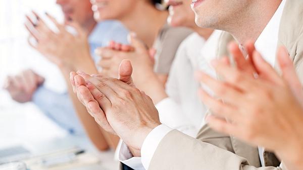 Τι συμβαίνει στην ψυχή και το σώμα μας, όταν χειροκροτούμε;