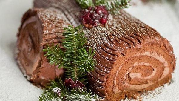 Εντυπωσιακός Χριστουγεννιάτικος κορμός με κρέμα και γλάσο σοκολάτας