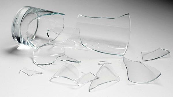 Πώς να μαζέψετε τα σπασμένα γυαλιά από το πάτωμα