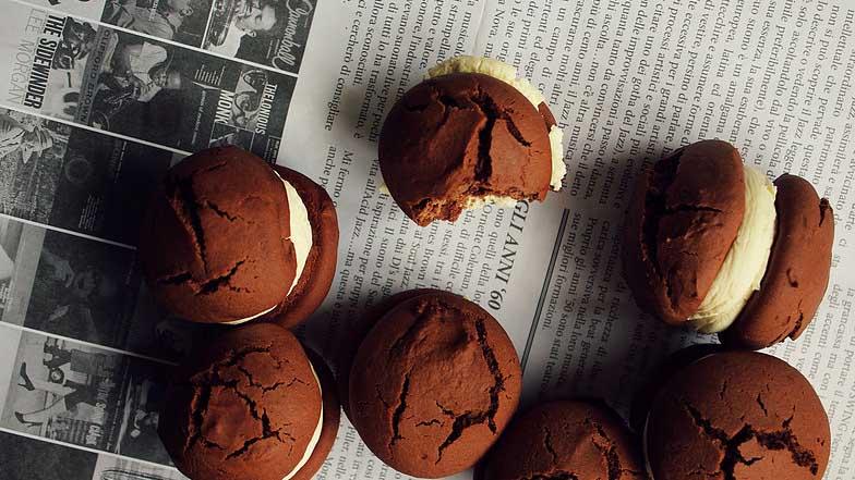 Μαλακά σοκολατένια μπισκότα γεμιστά με κρέμα mascarpone, έτοιμα για κέρασμα!