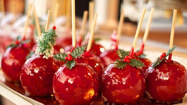 Φτιάχνουμε κατακόκκινα καραμελωμένα μηλαράκια για τα Χριστούγεννα!
