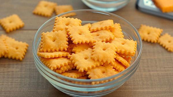 Εσείς ξέρετε να φτιάχνετε σπιτικά κρακεράκια τυριού;
