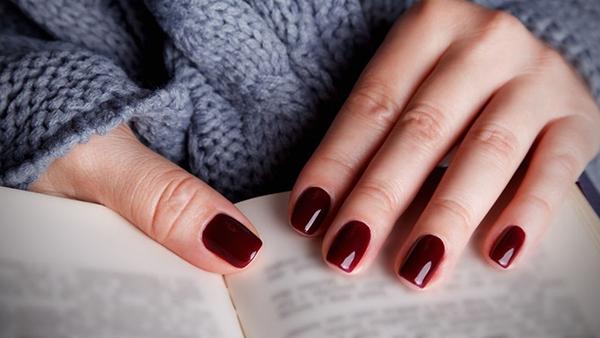 Ξέρεις πώς να ξεβάψεις τα νύχια σου ΧΩΡΙΣ ασετόν; Δες τον τρόπο!