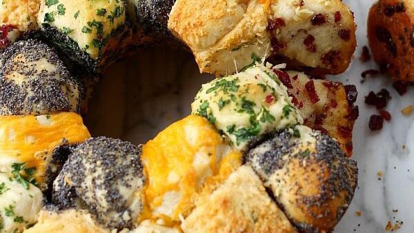 Αλμυρό Monkey Bread με Τυριά και Αρωματικά: Αφράτα Ψωμάκια για...Τσίμπημα!