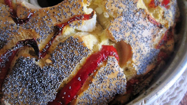 Αφράτο αλμυρό κέικ με φέτα, λιαστή ντομάτα και μπέικον