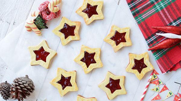 Τα μπισκότα των Χριστουγέννων: Μπισκότα βουτύρου Αστεράκια γεμιστά με μαρμελάδα.