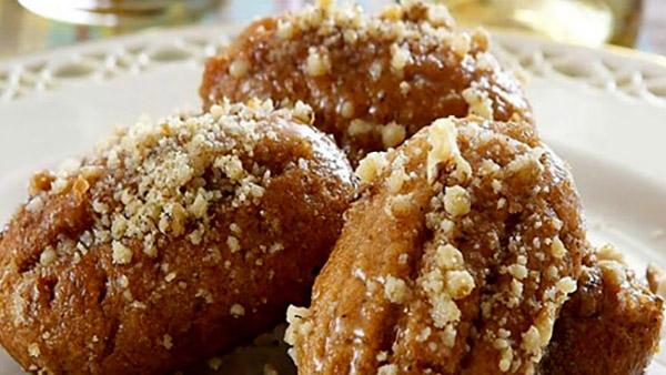 ΜΕΛΟΜΑΚΑΡΟΝΑ: η παραδοσιακή μαμαδίστικη συνταγή με σιμιγδάλι για το γλυκό των ημερών!