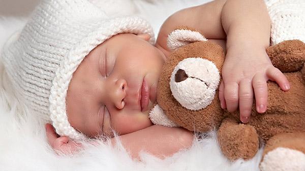 Αξιολάτρευτο μωρό δείχνει στον μπαμπά του ότι δε θέλει να ξυπνήσει! (VIDEO)