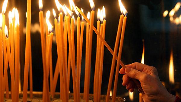 Γιατί ανάβουμε κεριά στην Εκκλησία; Τι συμβολίζει;