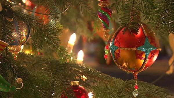 Γιατί κρεμάμε μπάλες στο χριστουγεννιάτικο δέντρο;