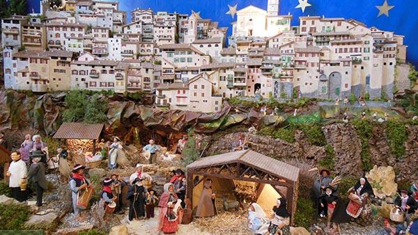 Φανταστικό! Αυτό είναι το μεσαιωνικό χωριό της Γαλλίας που έχει 450 φάτνες!