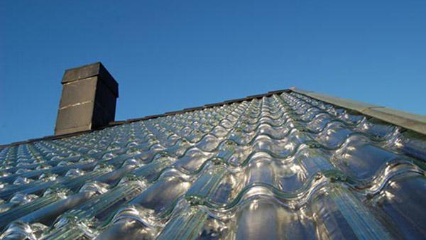 Εταιρία κατασκεύασε ειδικά γυάλινα κεραμίδια που ζεσταίνουν ένα σπίτι με ηλιακή ενέργεια