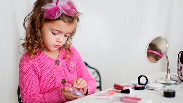Έρευνες: τα κορίτσια νιώθουν πίεση να είναι «όμορφα» από την ηλικία των 7 ετών