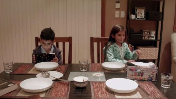 Παιδιά είναι τόσο απορροφημένα στο tablet τους…μέχρι που κόβεται το wi fi και καταλαβαίνουν κάτι τρομερό!!