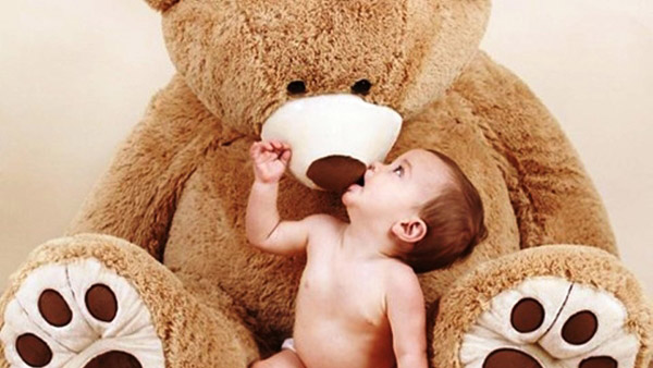 Σχέση αγάπης με την κούκλα. Τα 5 μαθήματα που παίρνουν τα νήπια από τις κούκλες