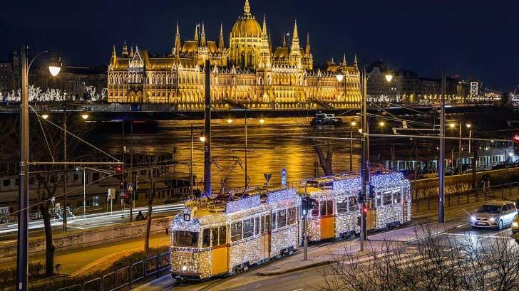Το τραμ της Βουδαπέστης «φόρεσε» τα γιορτινά και είναι πανέμορφο (εικόνες)