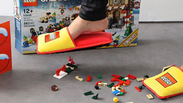 Παντόφλες Lego: Η απόλυτη απάντηση στα «ύπουλα» τουβλάκια