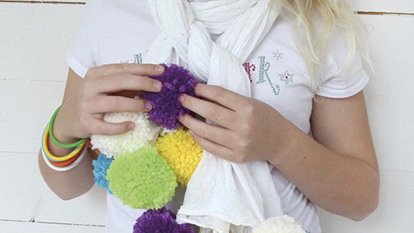 Χαριτωμένο DIY κασκόλ με πομ-πομ για μικρά και μεγάλα κορίτσια…