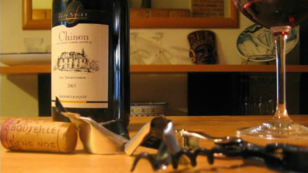 Με αυτό το κόλπο θα μπορείτε να ανοίξετε το κρασί, όπου κι αν βρίσκετε, χωρίς ανοιχτήρι!! (VIDEO)