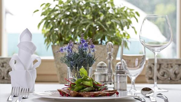 Οδηγίες βήμα-βήμα για να στρώσετε το πιο εντυπωσιακό γιορτινό τραπέζι!