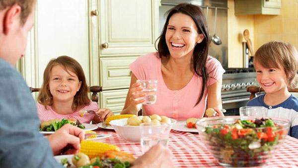Οικογενειακό τραπέζι. Αναγκαία και όμορφη συνήθεια.