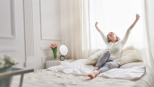 Η «κρύα» στιγμή που σηκώνεσαι το πρωί από το κρεβάτι: 6 tips για να μην κρυώνεις!