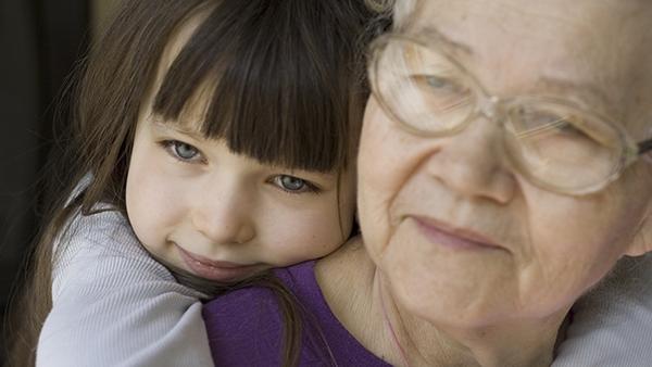 «Ξέρεις τί μου έκανε ο γιος σου σήμερα;» – όταν η γιαγιά κάνει τη babysitter