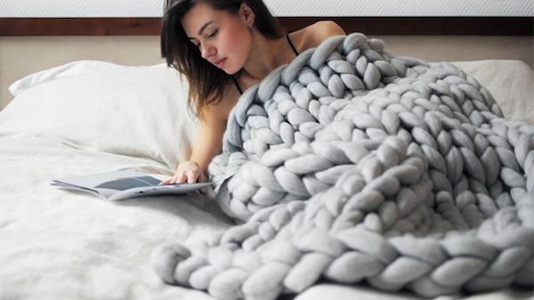 DIY: πλέξτε γιγάντιες χουχουλιάρικες κουβέρτες χωρίς βελόνες (VIDEO)