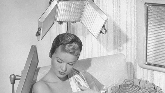 Η παράξενη ιστορία του στεγνωτήρα μαλλιών μέσα από φωτογραφίες εποχής