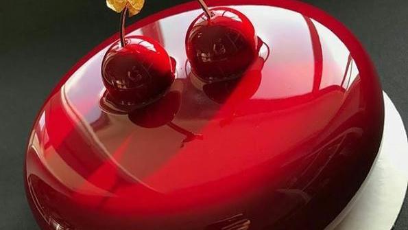Έτσι θα φτιάξετε το εντυπωσιακό γλάσο «καθρέφτης» για ν' αστράφτουν τα γλυκά σας