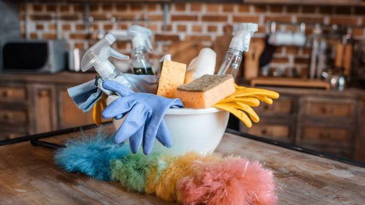 Παρατήστε τώρα σκούπες, σφουγγαρίστρες, ξεσκονόπανα…Επικίνδυνο για τους πνεύμονες το καθάρισμα!
