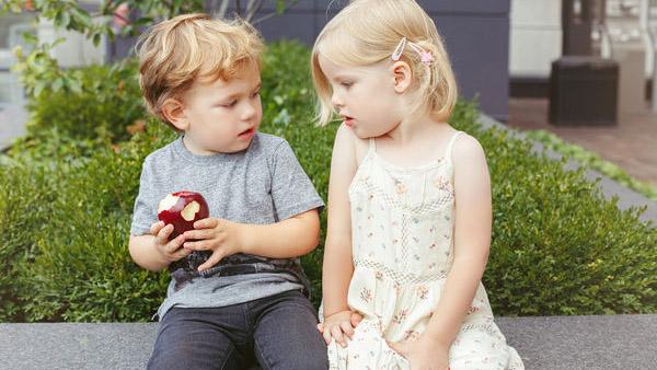 Πώς να μοιράσετε στα παιδιά το τελευταίο κομμάτι (σοκολάτας, κέικ, πίτσας…) χωρίς φωνές και κλάματα!